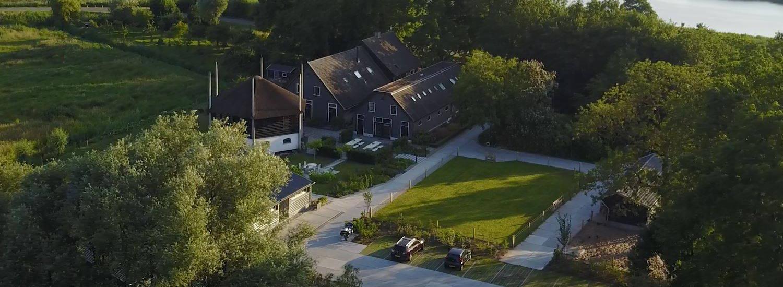 Luchtfoto Boerenhofstede de Overhorn Weesp met de Vecht