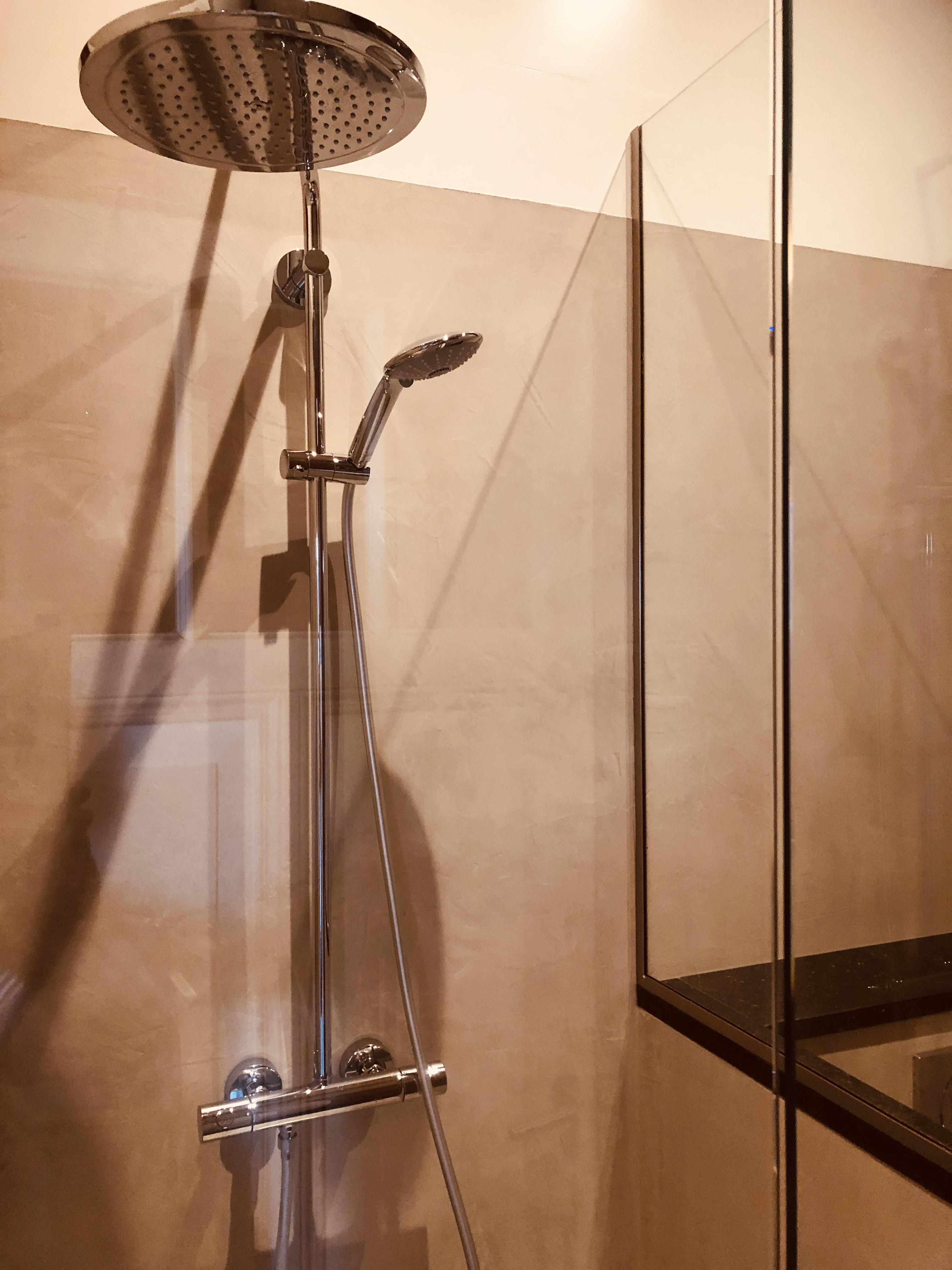 luxe badkamer met regendouche en granito vloer